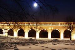 1905结构上编译纪念碑 美丽的渡槽桥梁在以满天星斗的天空为背景的冬天与月亮 免版税库存照片