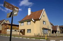 结构典型的意大利房子。 免版税库存图片