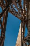 结构和铁的细节从有蓝天的艾菲尔铁塔的顶端放光在巴黎 免版税库存照片