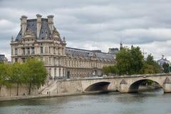 结构巴黎 沿塞纳河的Tuileries宫殿 免版税图库摄影