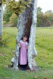 结构树的女孩 免版税库存图片