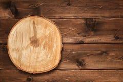 结构树的横断面 在木背景的被锯的木头 免版税库存照片