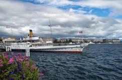 结构的小船在日内瓦湖,瑞士 库存图片