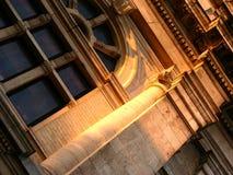 结构被日光照射了大厦的透视图 免版税库存照片