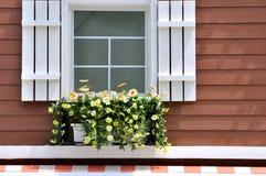 结构装饰了墙壁视窗 免版税库存图片