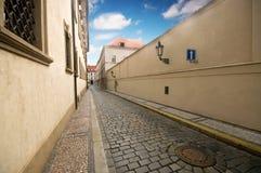 结构迷人的老布拉格街道 免版税图库摄影