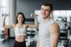 结果作为努力 放松在健身房的运动员在不同的肌肉的力量锻炼以后,制定出他的身体,俯卧撑, 免版税库存照片