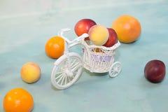 结果实在与一辆装饰自行车的浅兰的背景 免版税图库摄影