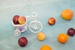 结果实在与一辆装饰自行车的浅兰的背景 免版税库存照片