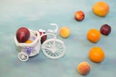 结果实在与一辆装饰自行车的浅兰的背景 库存照片