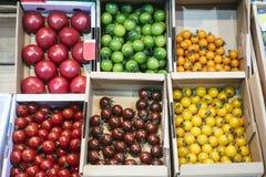 结果实在纸箱五颜六色的果子在新鲜市场上 免版税库存照片
