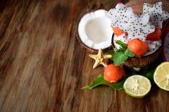 结果实热带 番木瓜球、椰子、石灰和pitahaya 免版税图库摄影