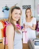 结算离开客户女性女推销员 免版税库存照片