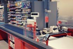 结算离开终端在超级市场,被定调子 免版税库存照片