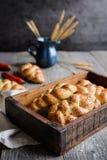 结辨的小圆面包用红色甜椒、辣椒和chia种子 图库摄影