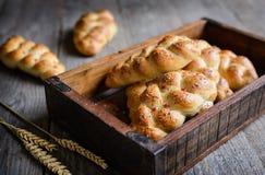 结辨的小圆面包用红色甜椒、辣椒和chia种子 免版税库存图片