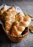 结辨的小圆面包用红色甜椒、辣椒和chia种子 免版税库存照片