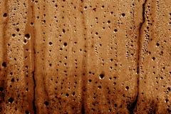 结露在棕色颜色的PVC套下降 免版税库存照片