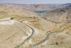 绕柏油路通过沙漠和谷 免版税库存照片