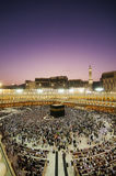 绕行黎明kaaba穆斯林香客 免版税库存图片