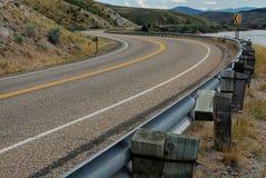 绕高速公路通过落矶山的山麓小丘在犹他 免版税库存照片