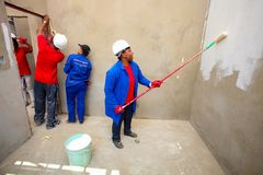 绘一个低成本房子的不同的社区成员在索韦托 免版税库存照片