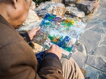 绘一个繁体中文寺庙的退休的亚裔人 免版税库存照片