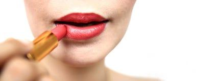 绘一支红色唇膏,特写镜头,被隔绝,摘要,纹理的妇女,在白色背景 免版税库存照片