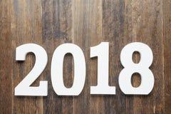 绘与在木背景的白色颜色数字2018年 库存照片