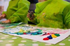 绘与声波发射器油漆的孩子 免版税图库摄影