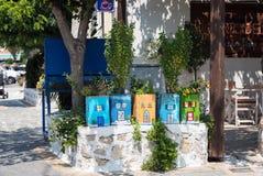 绘与房子图象被绘的颜色盒 箱子在一个石墙上停留在Faliraki镇,罗得岛海岛,希腊 免版税库存图片