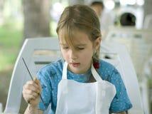 绘俏丽的图腾的女孩 免版税库存照片