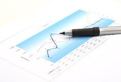 绘制与铅笔,选择聚焦的销售报告图表 免版税图库摄影