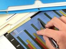 绘制利润图表的生意人 库存图片