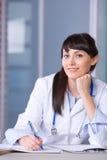 绘制医生妇女图表 免版税库存图片