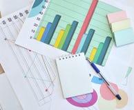 绘制财务图表 库存照片