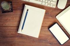 绘制配电器等级附注办公室笔百分比安排典型的视图工作图表 桌面、笔记本、电话和片剂桌集合的 库存图片