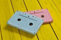 绘在一台桃红色蓝色淡色卡型盒式录音机 库存照片