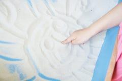 绘在沙子的孩子太阳 图库摄影