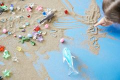 绘在沙子的孩子 免版税库存照片