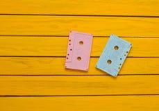 绘在黄色木背景的一台桃红色蓝色淡色卡型盒式录音机 减速火箭的音频技术 免版税图库摄影