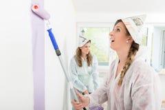绘墙壁的女工 免版税库存照片