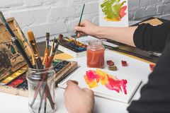绘抽象画的艺术家在工作场所 免版税库存图片