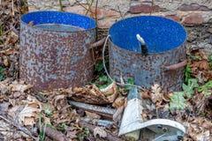 绘桶与蓝色颜色的金属 库存照片