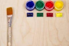绘瓶和艺术性的刷子 免版税库存图片