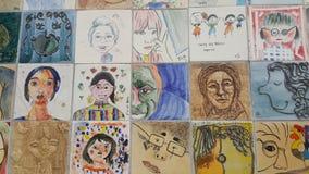 绘画和人的雕刻的面孔在墙壁上的回忆录的 库存照片