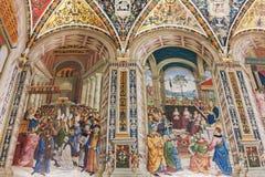 绘画在锡耶纳大教堂中央寺院二的锡耶纳,意大利Piccolomini图书馆里 库存照片