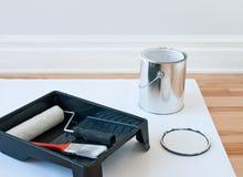 绘画工具和罐头油漆 图库摄影