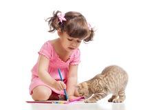 绘画有嬉戏的小猫的儿童女孩 免版税库存照片