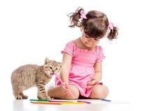 绘画有嬉戏的小猫的孩子女孩 免版税库存照片